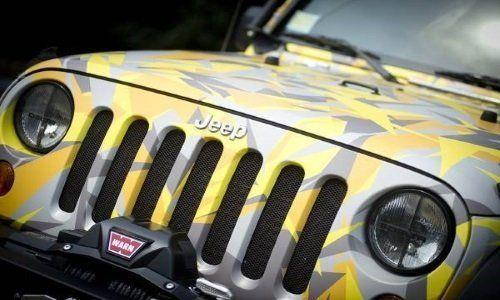 una jeep color giallo e grigio