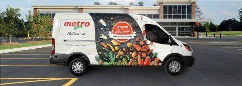 un furgone bianco con frutta e verdura disegnata