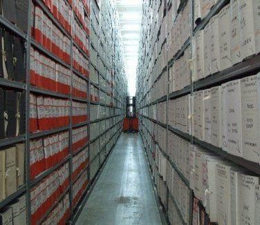 archivi, documenti, scaffali con documenti