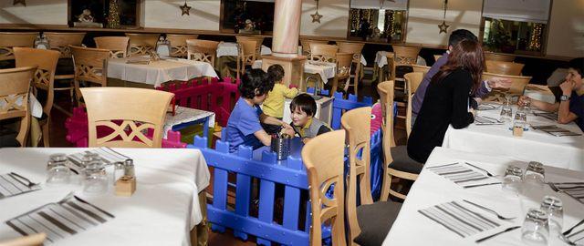 degli adulti e i bambini in un ristorante