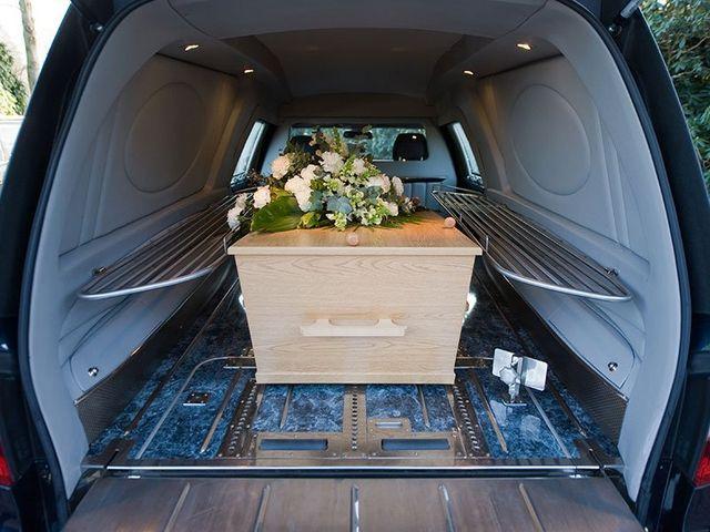 bara che si trova dentro ad macchina adibita per funerali