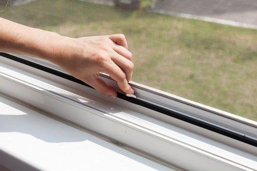 una mano vicino a una finestra