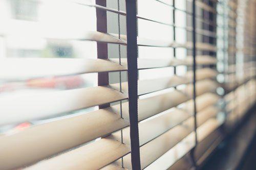 delle tende da ufficio in una finestra