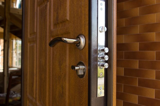 una porta in legno marrone vista da vicino
