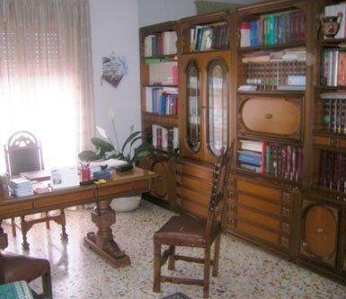 uno studio con dei mobili e una scrivania in legno