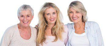tre donne in abiti chiari