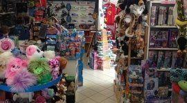 interno negozio di giocattoli