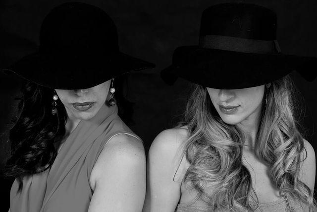 due donne con cappello davanti agli occhi