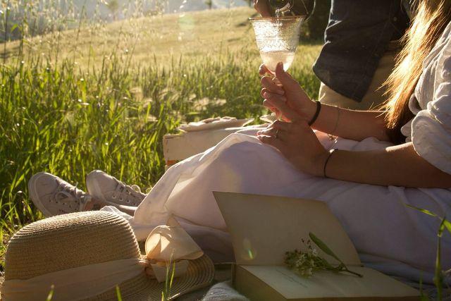 donna in campagna con un bicchiere in mano