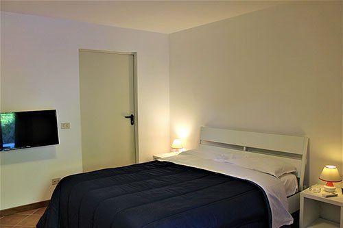 Camera da letto con letto bianco e bu
