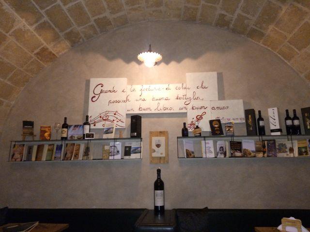 bancone della vineria con ampia selezione di vini a Lecce