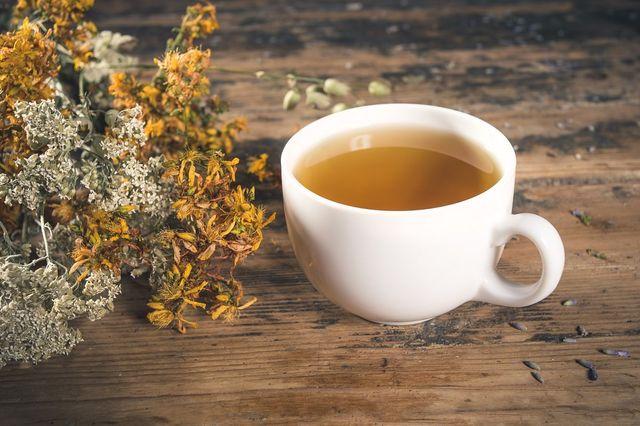 degli aromi e una tazza di tisana
