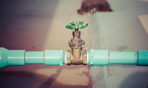 una conduttura di color azzurro e in mezzo una manopola verde - Bianconi Angelo - Busseto