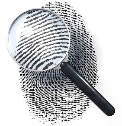 Impronta digitale esaminato con la lente di ingrandimento