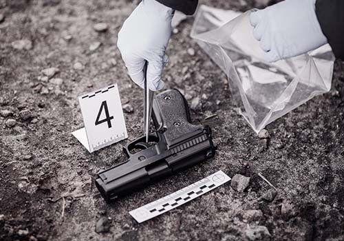 Con mani enguatadi, raccogliendo prove segnate nel luogo dell'evento