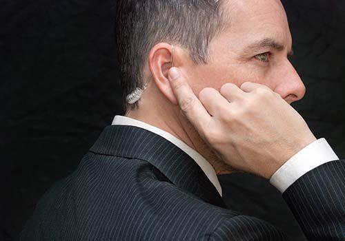 Agente di sicurezza con audífono