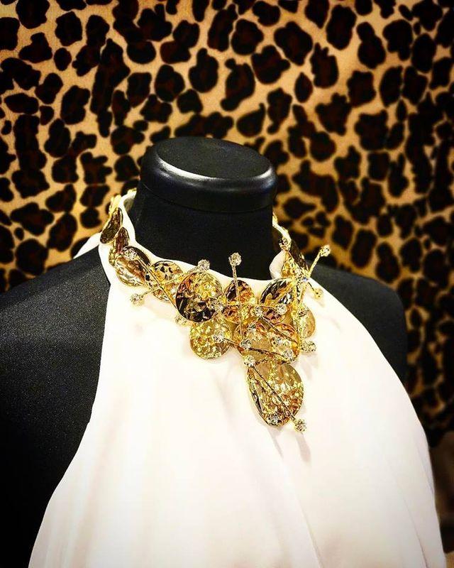 un manichino con un abito di color bianco e una collana dorata - roma