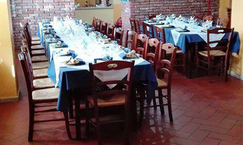 Dei tavoli imabanditi con tovaglie blu e bianche