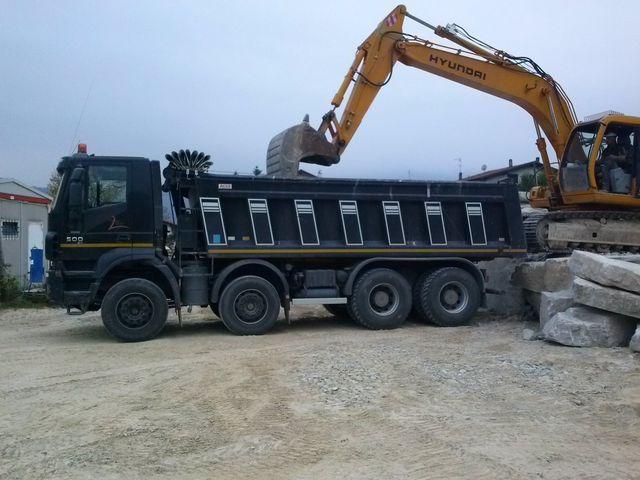 camion trasporta massi