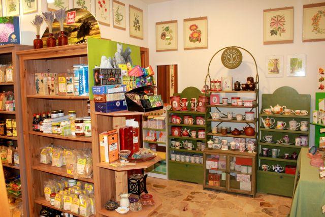 Uno stand con due mensole con delle bottiglie e brochure dei prodotti all'interno di un negozio