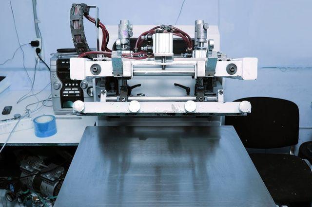 Macchina di serigrafia nel laboratorio di stampa.