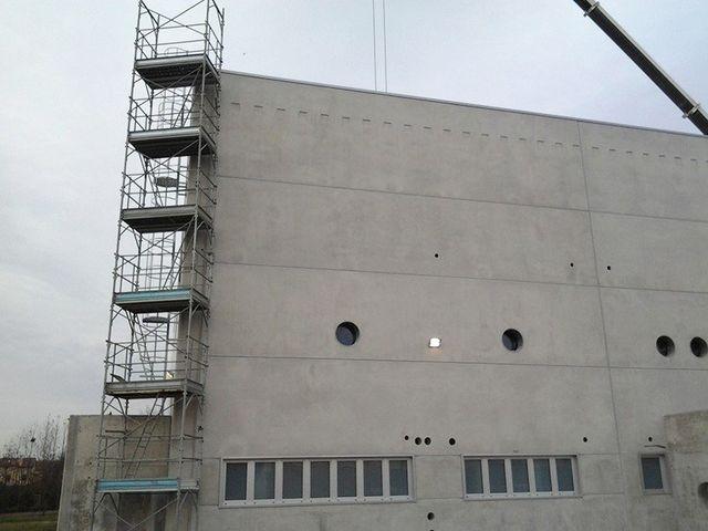 un'impalcatura e vista della facciata di uno stabile