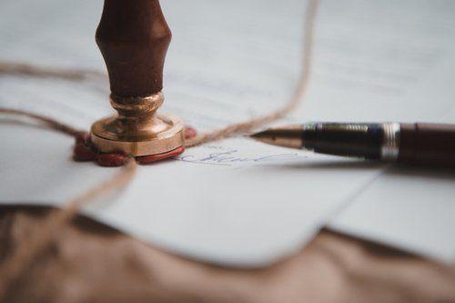 penna e stampo sigillo su carta