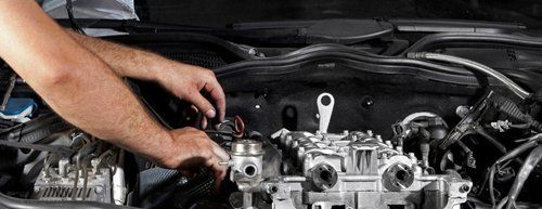 tecnico mentre ripara un motore