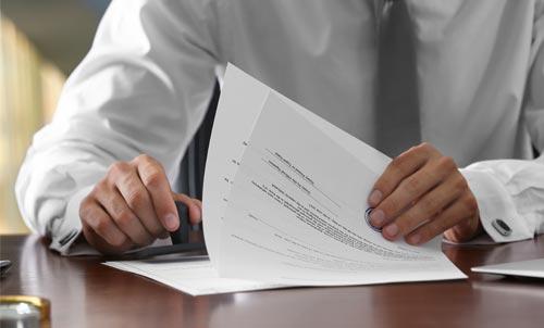 persona che timbra un documento