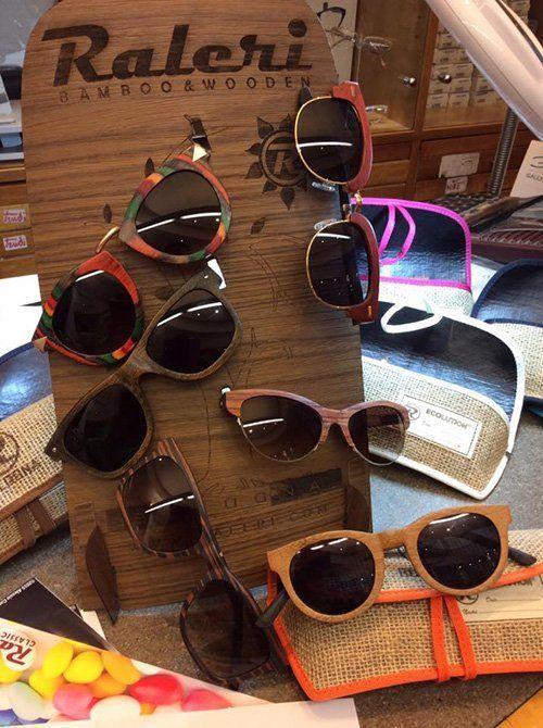 occhiali da sole su sfondo legno