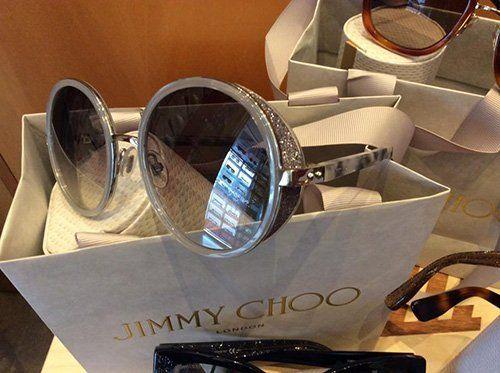 primo piano di occhiali da sole per esposizione in negozio