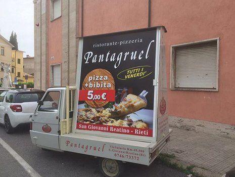 Un Ape car con pubblicità