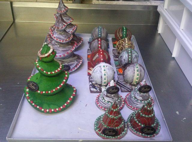 Sfere e alberi di Natale fatti con cioccolato