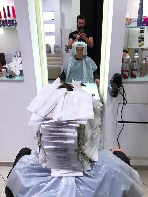un donna dal parrucchiere