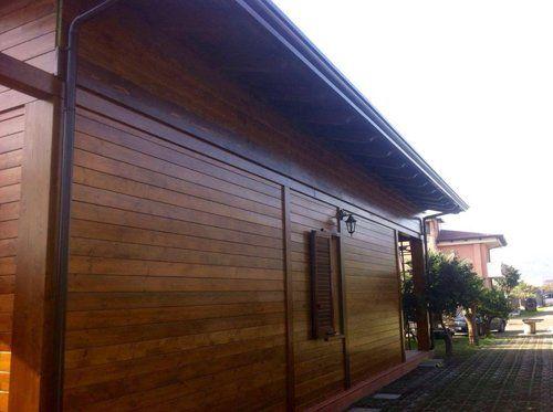 vista angolare di un edificio in legno