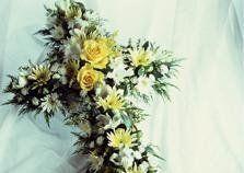 mazzo di fiori a forma di croce