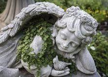 angelo di marmo sopra una bara