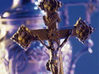 una croce con sfondo viola
