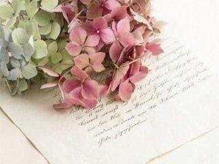 mazzo di fiori sopra ad una lettera