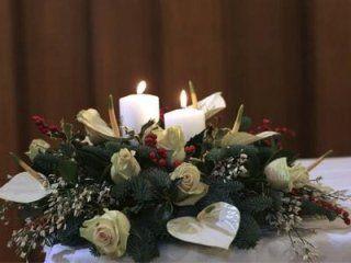 fiori sopra una bara con candela accesa