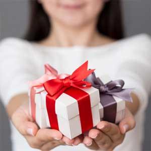 Casse di regalo bianche con laccio grigio e e laccio rosso