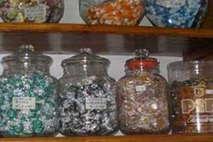 Vasetti di vetro con caramelle di vari sapori