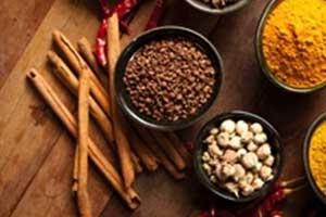 Primo piano di diverse spezie: cannella, curcuma,chiodi di garofano