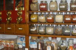 Cassetti di legno e vasetti di vetro contenenti spezie