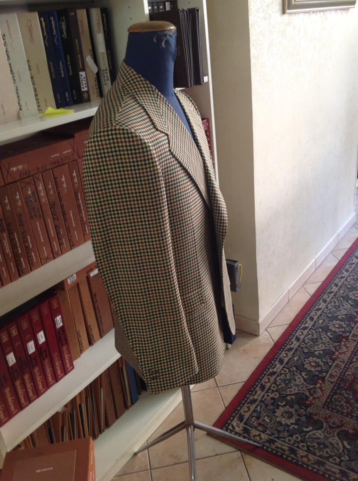 giacca quadrettata sfondo beige