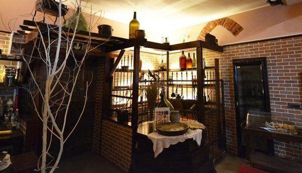 angolo di un ristorante con dolci e assortimento di liquori