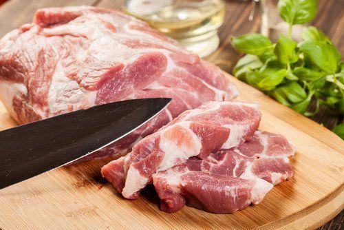 un coltello e della carne tagliata