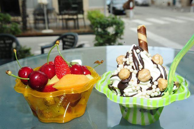 dei contenitori di gelato in vari gusti