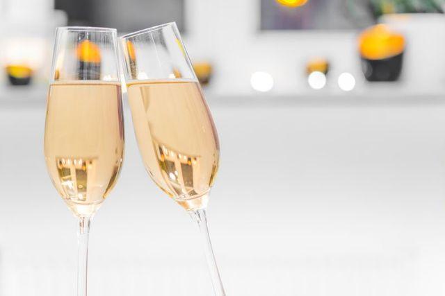 due bicchieri pieni di champagne
