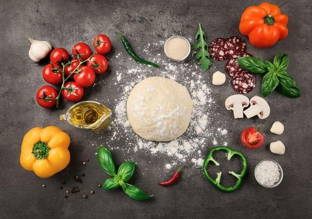 pasta cruda per la pizza con ingredienti e spezie